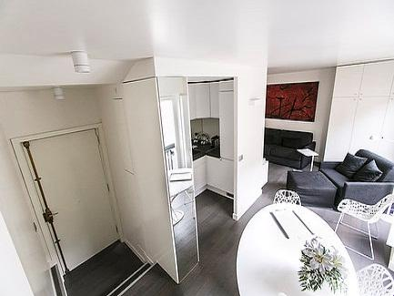 This 32-sq.mt studio apartment for up to 2 persons was fully renovated in 2012 following the latest trend in design and benefits from a much sought-after position on the third floor of a period buildi